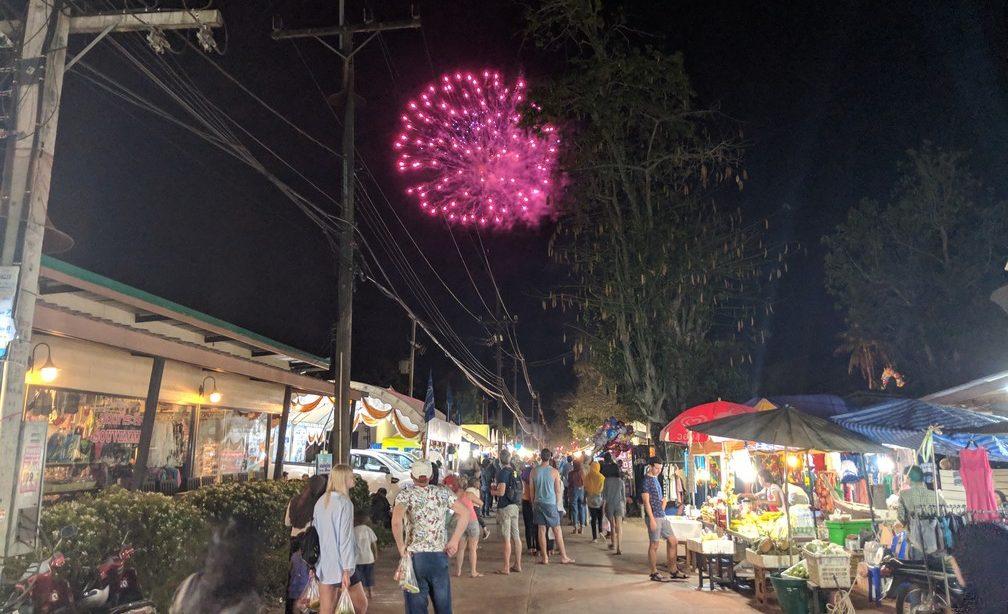 Feu d'artifice au dessus du marché de nuit du festival de Laanta-Lanta