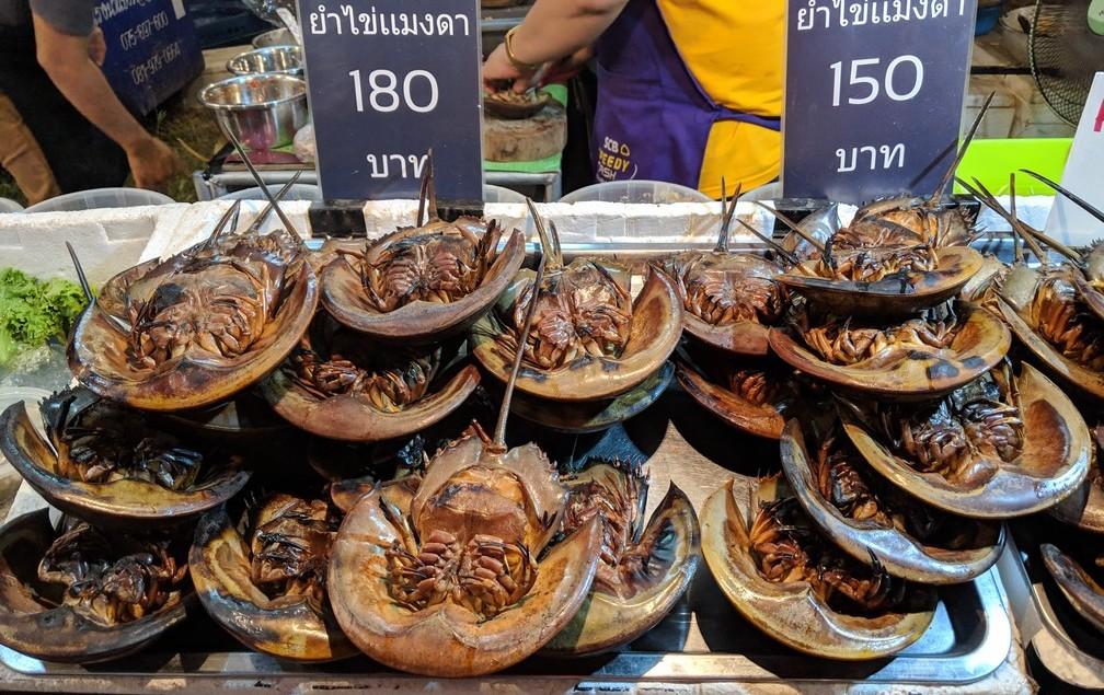 De bizarres crustacés sont grillés et en vente au festival de Laanta-Lanta