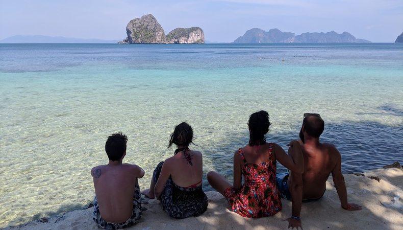 Quentin Elodie Salomé Sylvain contemplant l'eau turquoise depuis la plage