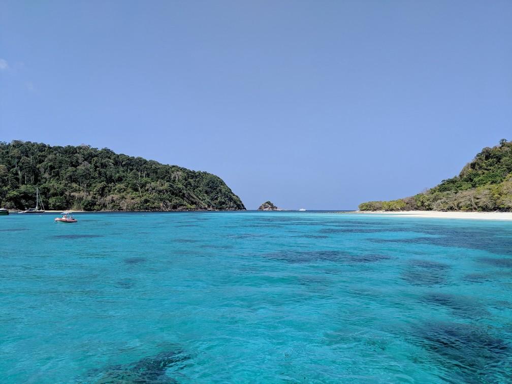 Vue depuis l'eau turquoise des deux îles constituant Koh Rok