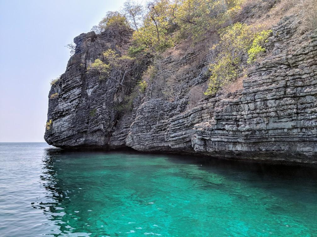 L'île-rocher de Koh Chuak trempant dans une eau turquoise