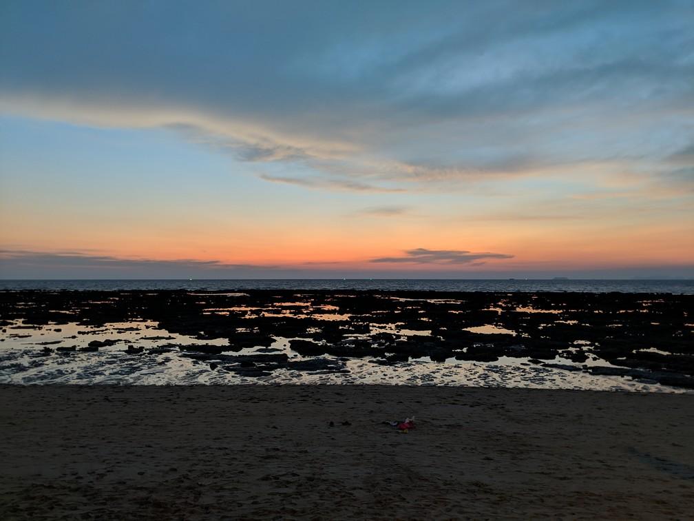 Un coucher de soleil sur les rochers, la marée étant basse
