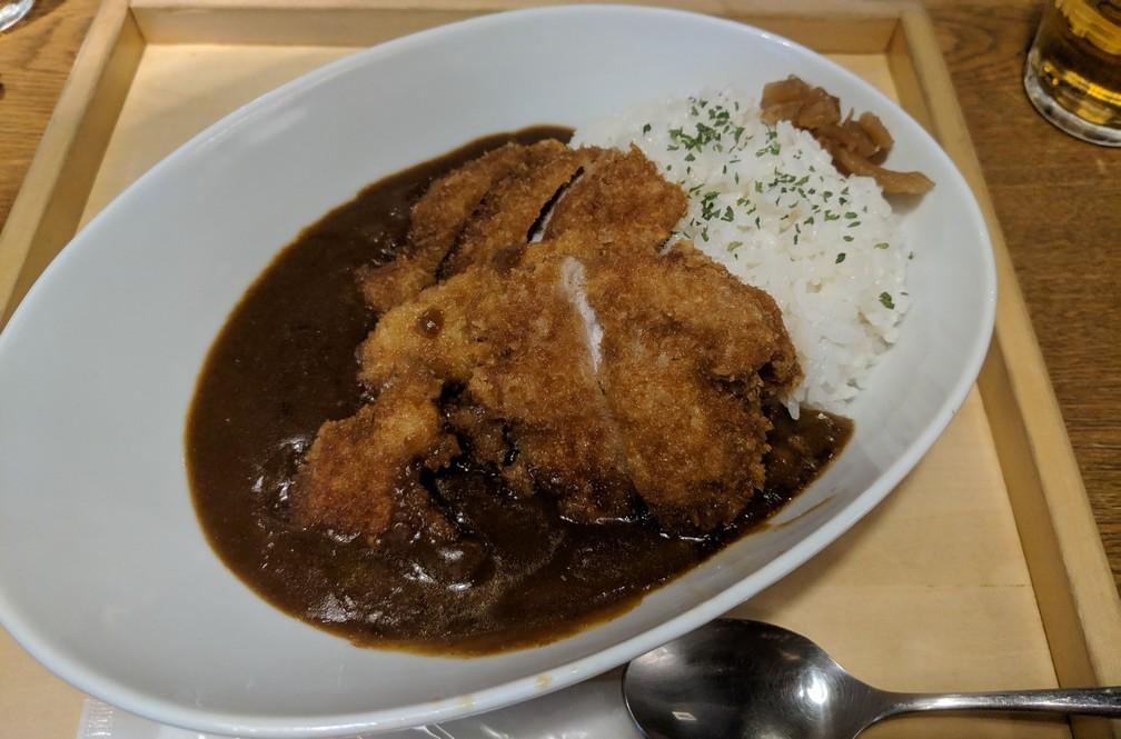 Du porc pané sur du riz avec plein de sauce brune