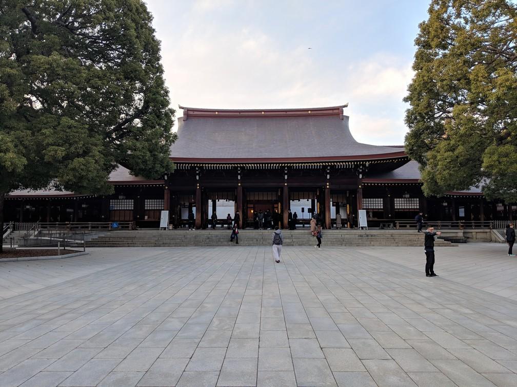 Quelques Japonais se pressent pour se rendre dans le Sanctuaire Meiji-Jingu