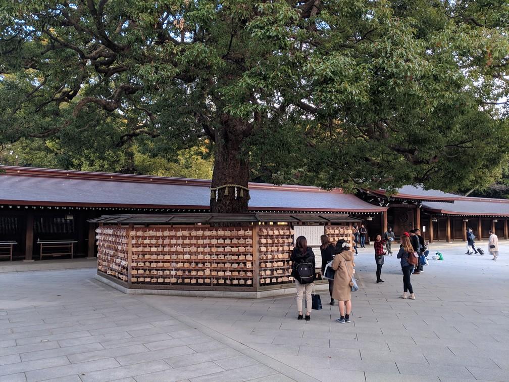 Arbre avec pleins de petites tablettes en bois suspendues autour