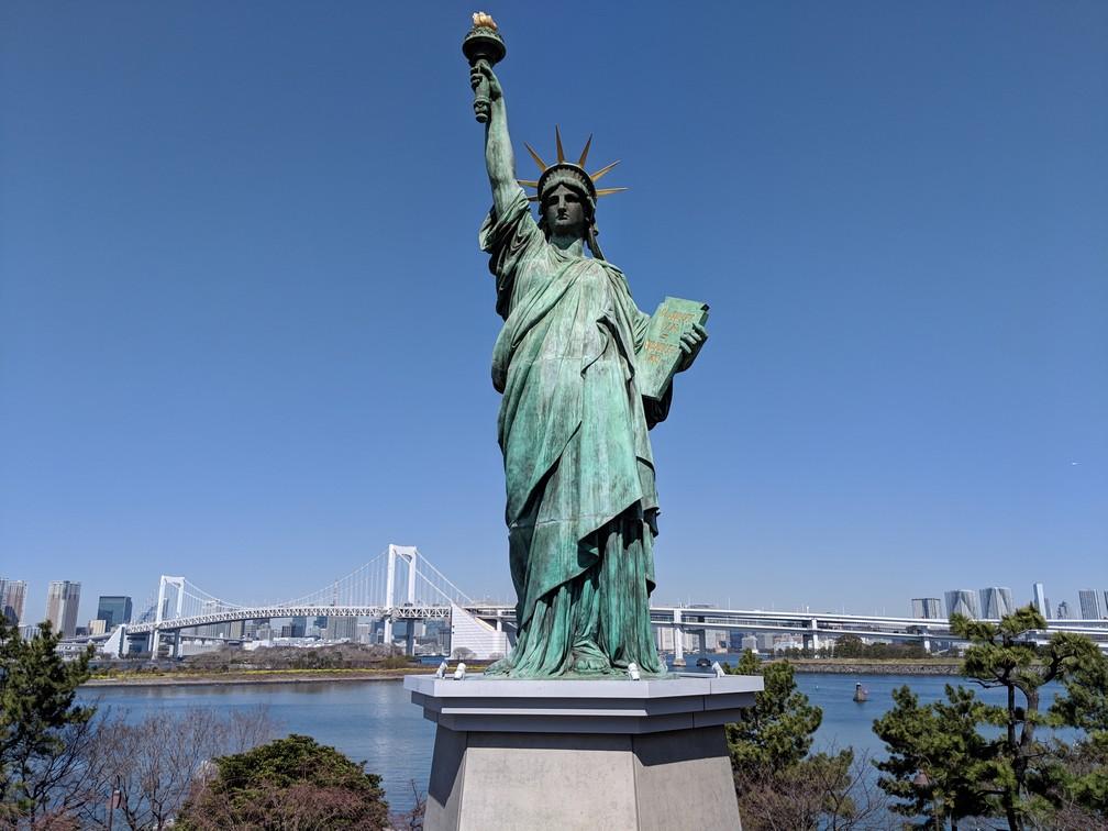 La statue de la liberté d'Odaiba avec le Rainbow Bridge en arrière-plan