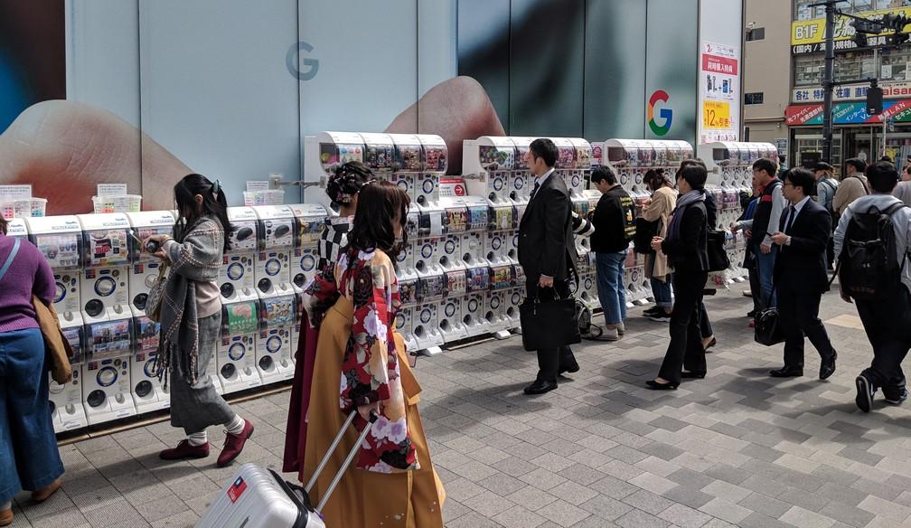 Des dizaines de distributeurs de capsule sont alignés contre un mur
