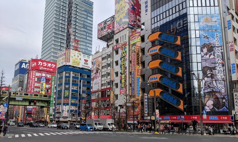 D'immenses buildings couverts de publicités pour des mangas ou des jeux vidéos