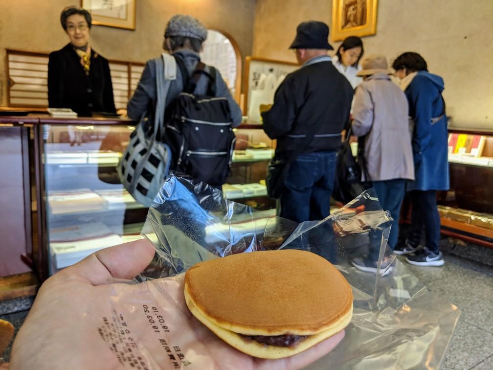 Un dorayaki est posé sur une main dans la boutique où il a été acheté