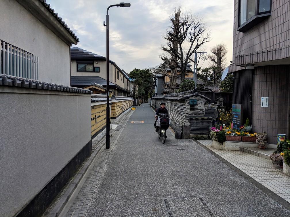 Une rue très calme de Tokyo, une cycliste passe