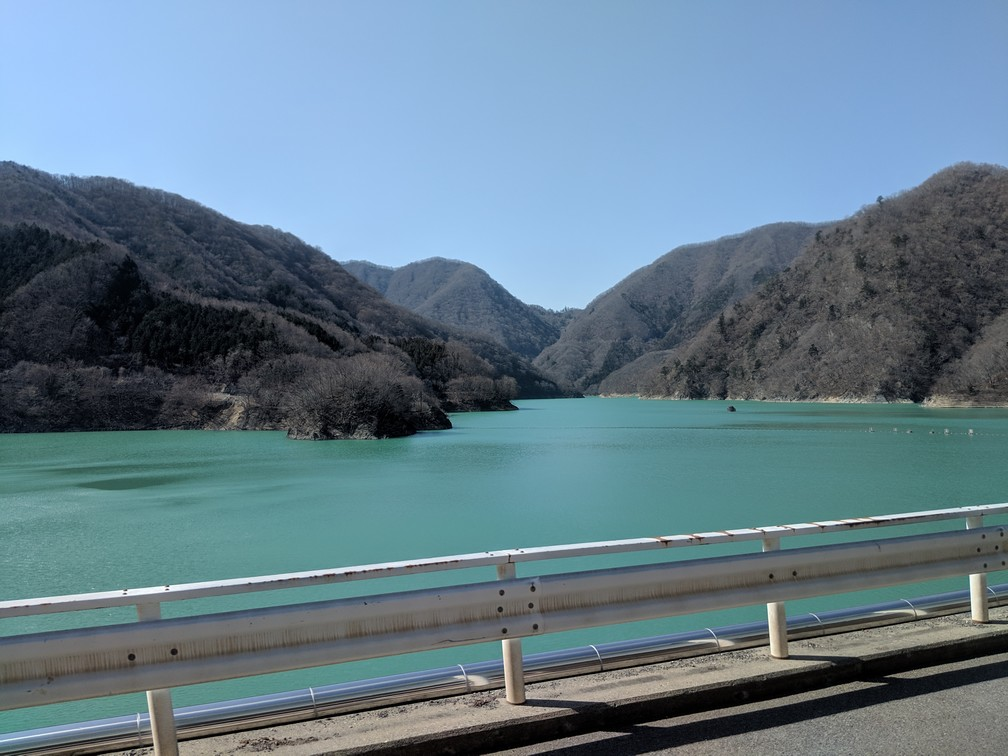 Lac bleu turquoise entourée de montagne à proximité de Nikko au Japon