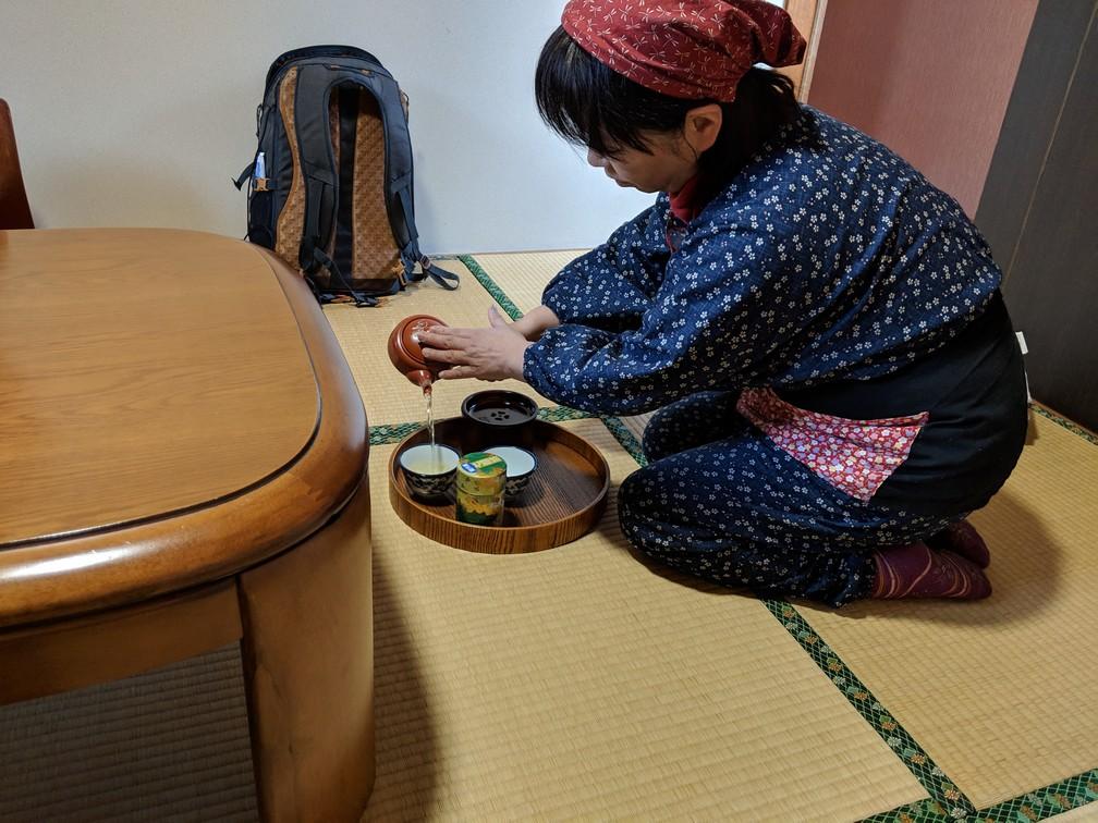 Hôtesse versant le thé dans un ryokan à proximité de Nikko au Japon
