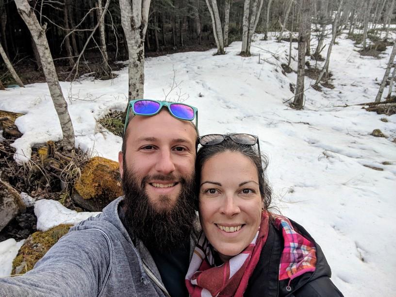 Sylvain et Salomé en selfie devant de la neige dans la forêt près du ryokan
