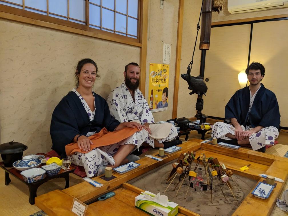 Repas typiquement japonnais servi sur un tatami dans un ryokan au Japon