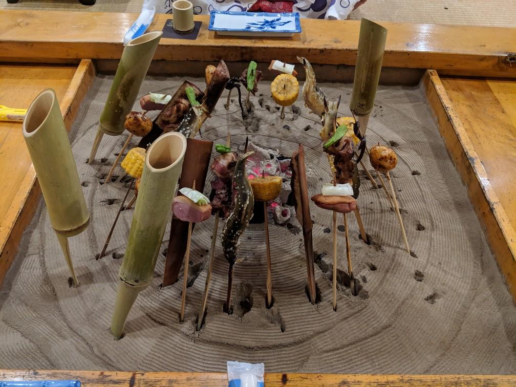 Assortiment de brochettes japonnaises servies dans un ryokan au Japon