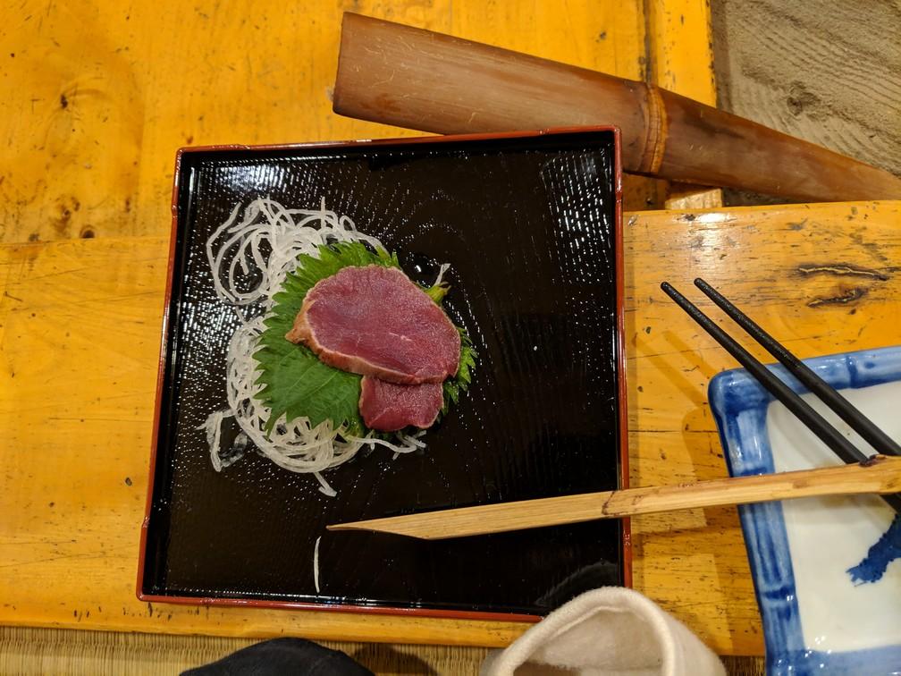 Sashimi de cerf servi sur une assiette au Japon