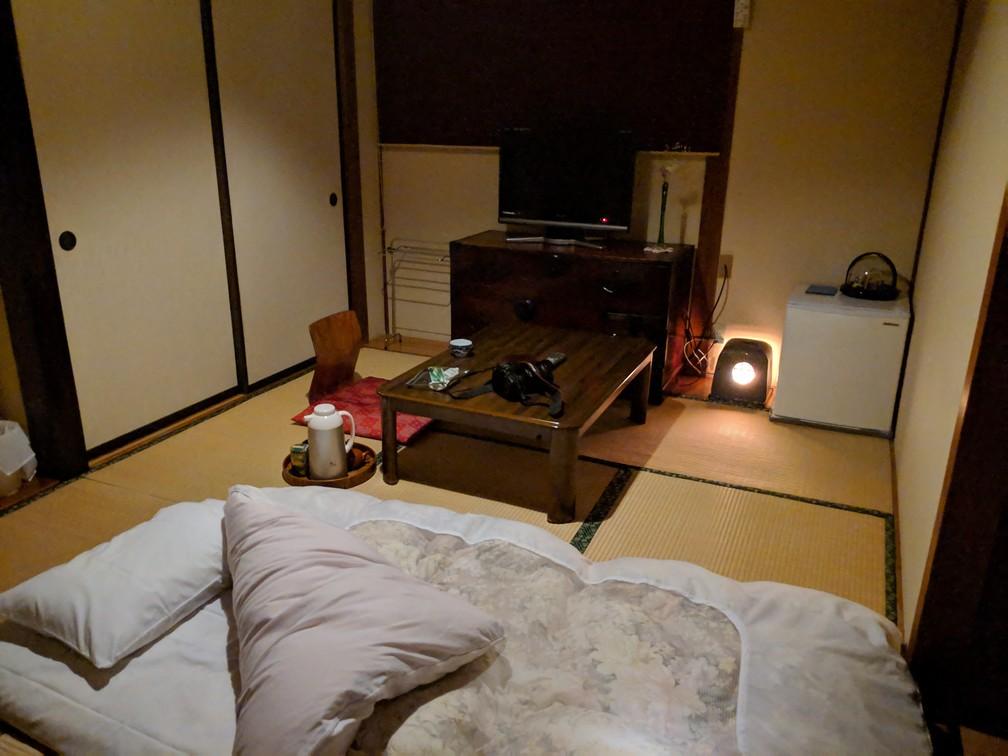 Futon posé sur la tatami de la chambre d'un ryokan au Japon