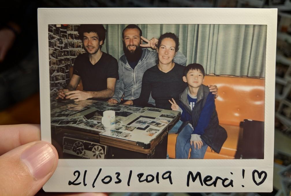 Photo polaroid où figurent Antoine, Sylvain, Salomé et le petit fils de l'hôte