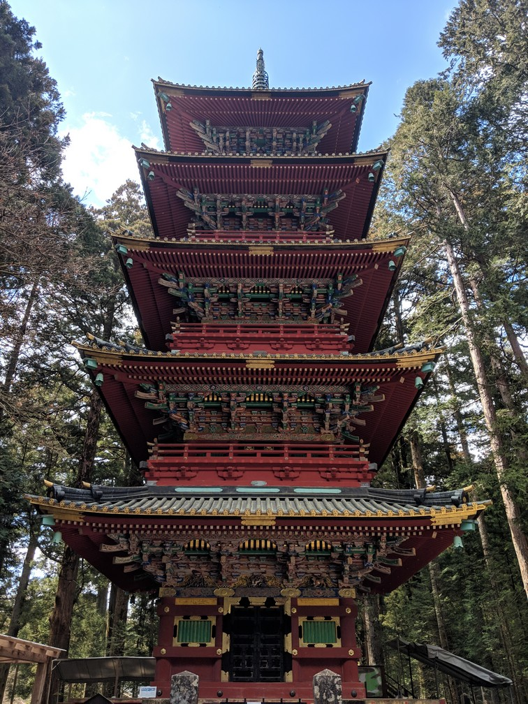 Une grande tour de style japonais dans le sanctuaire Toshogu