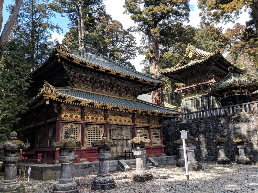 Deux petits temples rouges de style japonais au sanctuaire Toshogu de Nikko