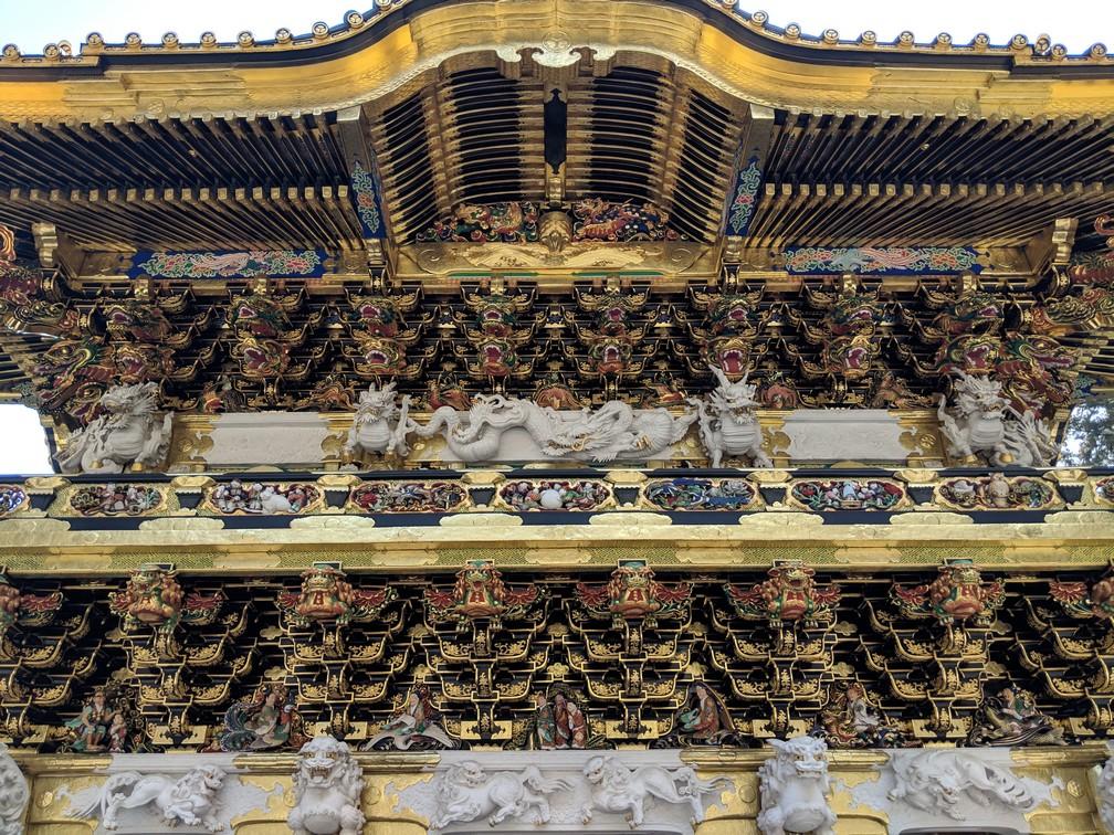 motifs dorés décoratifs sur une grosse porte d'entrée vers le sanctuaire Toshogu à Nikko