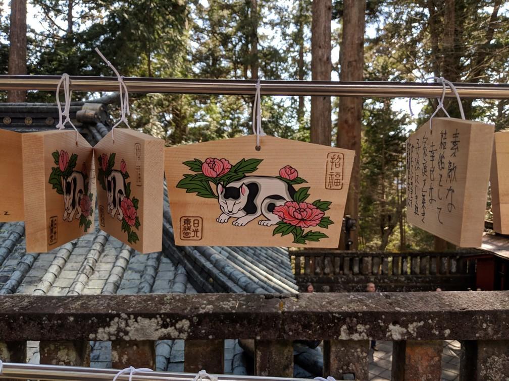 Petite tablette de bois avec un chaton peint dessus au sanctuaire Toshogu