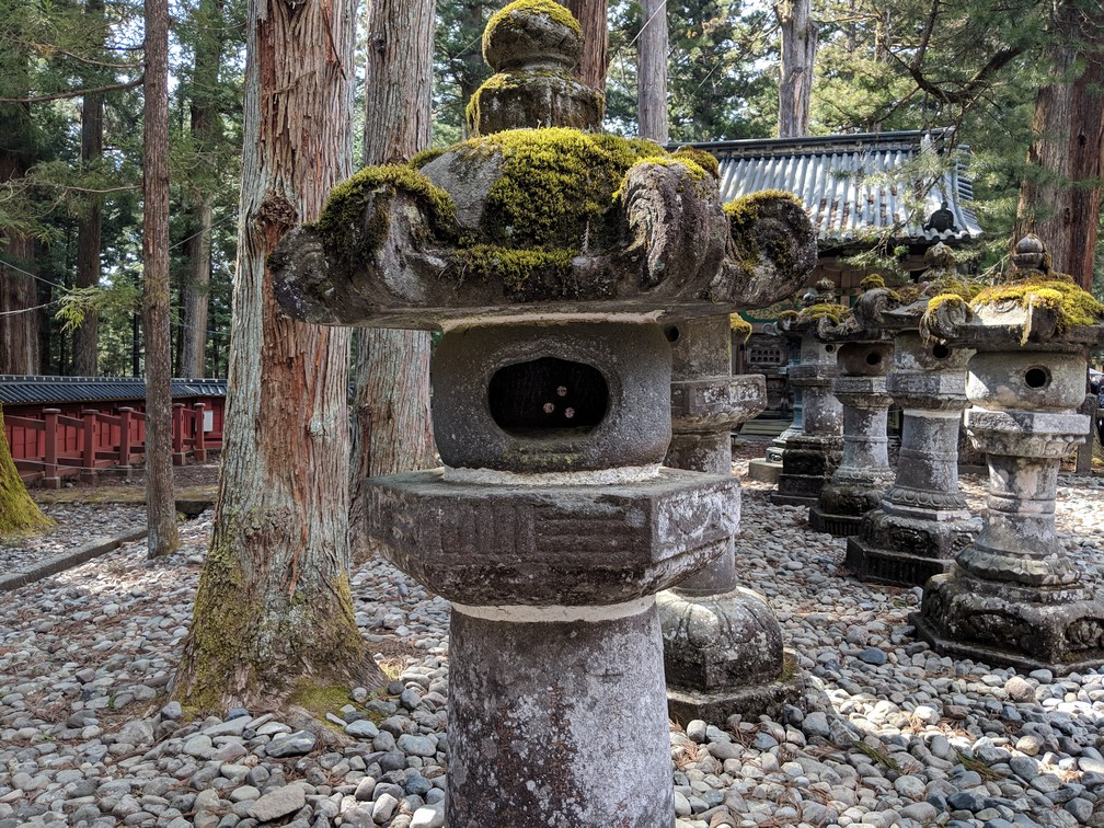 Grosses lanternes en pierre au  sanctuaire Toshogu à Nikko