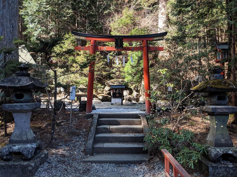 Petite porte rouge donnant sur la zone de prière du sanctuaire Futurasan