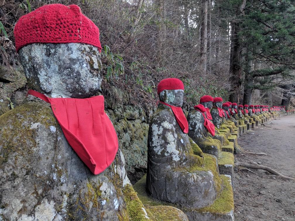 Statuettes de Bouddha Jizô alignées dans l'Abysse de Kanmangafuchi à Nikko