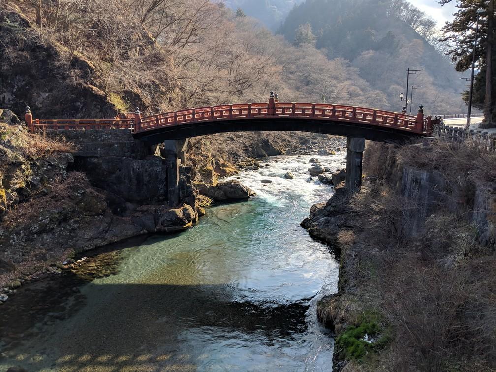 Le le pont Shinkyō enjambe une rivière à Nikko