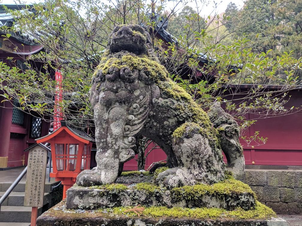 Statue de lion recouverte de mousse au temple Jin Ju d'Hakone