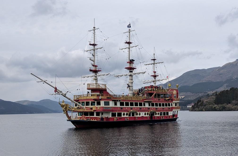 Un grand bateau pirate sur le lac d'Hakone