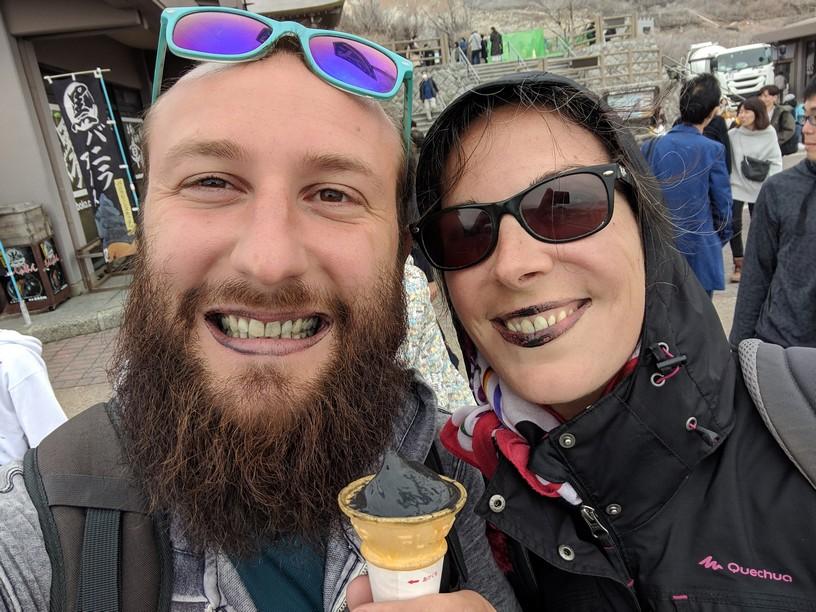 Sylvain et Salomé prennent un selfie avec les lèvres toutes noires