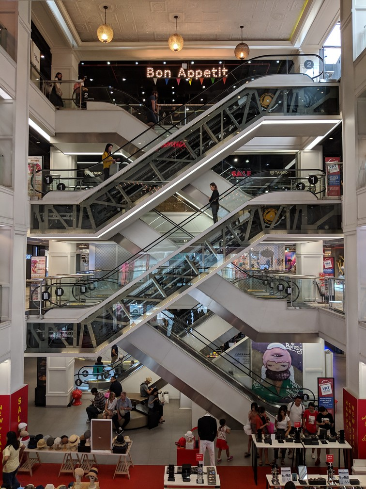 Enchevêtrement d'escalators à MBK shopping center à Bangkok