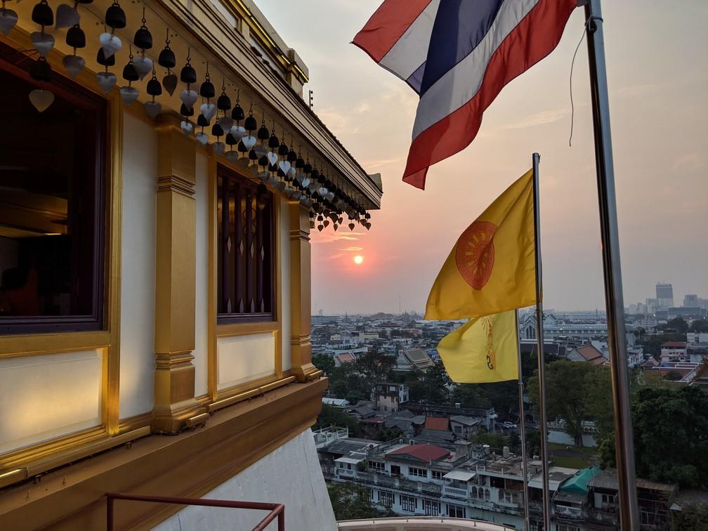 Coucher de soleil depuis Golden Mountain avec des drapeaux