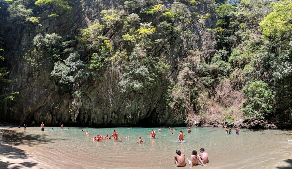 Des touristes se baignent dans la crique intérieure de Koh Mook
