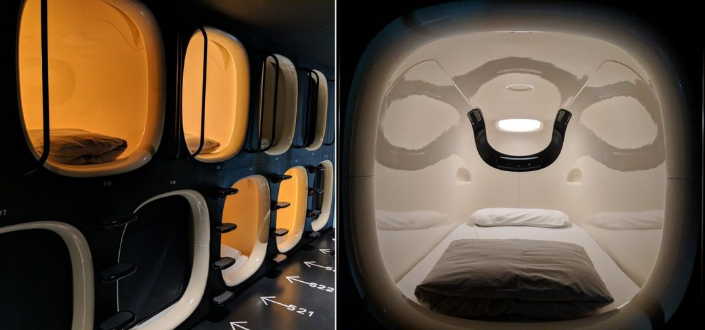 Des capsules d'un hotel récent numérotées au sol et une photo d'un lit dans une des capsules