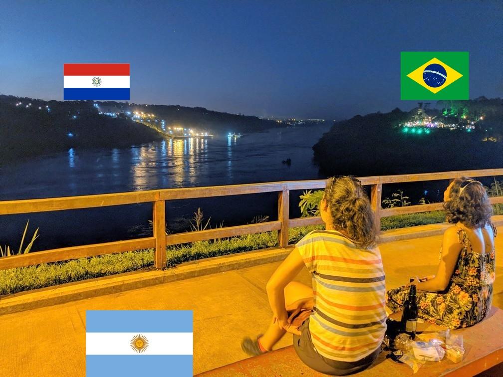 Salomé et Margaud assises sur un banc contemple le coucher de soleil à Iguazu
