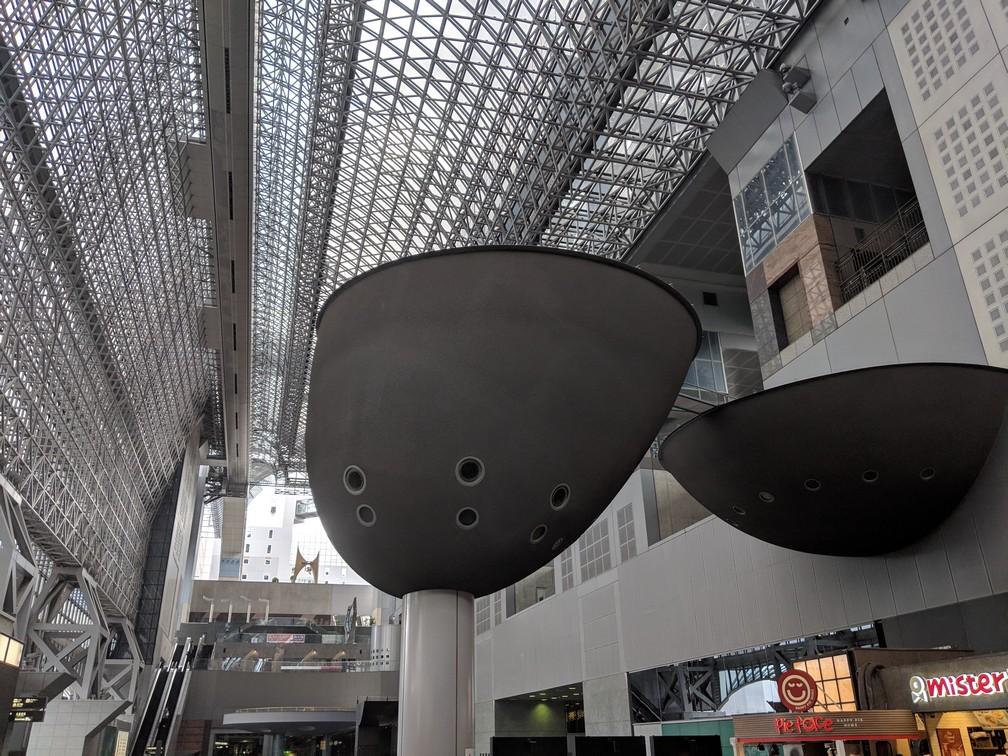 Le grand hall de la gare de Kyoto, avec ses armatures métalliques