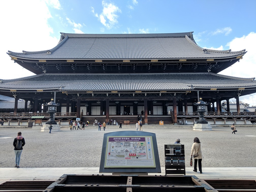 Un immense temple tout en largeur avec quelques touristes devant