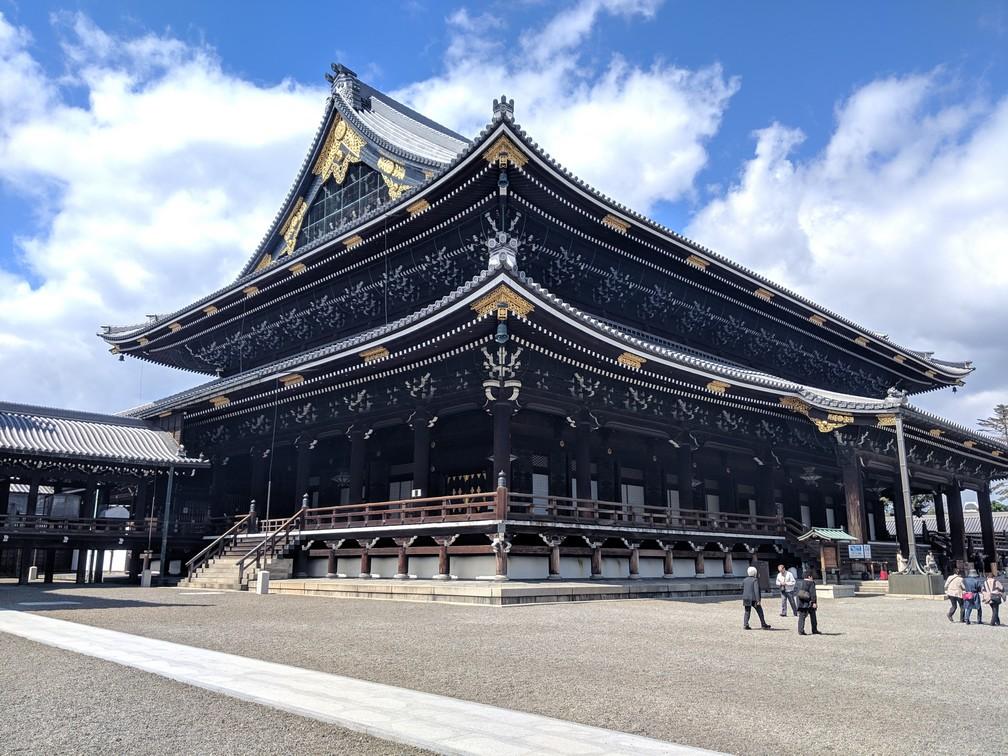 Un très grand temple vu de trois-quart