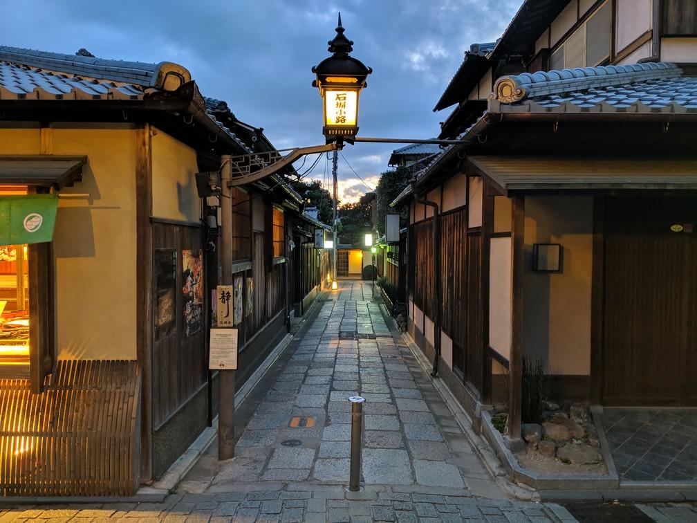Une belle lanterne allumée surplombe l'entrée d'une belle ruelle dans Sannenzaka