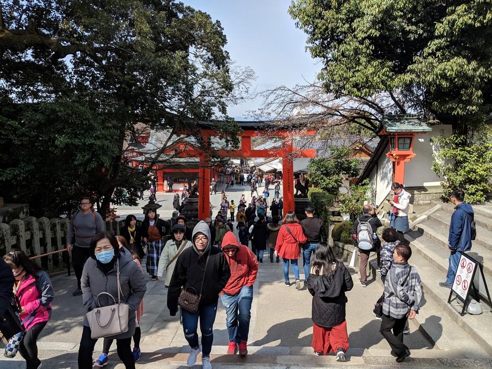 Des centaines de touristes évoluent sur le départ du site d'Inari