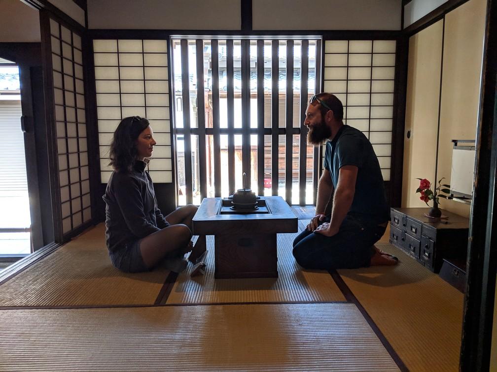 Salomé et Sylvain se font face autour d'une petite table de service à thé dans une pièce traditionnelle japonaise