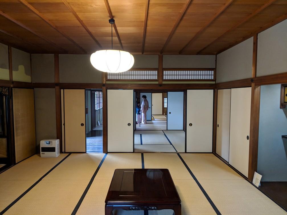 Salon traditionnel japonais dans la maison Nigiwai-No-Ie à Nara