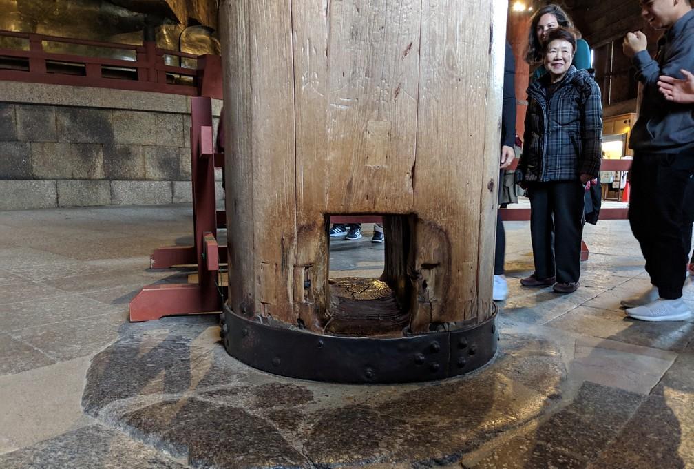 Un gros pilier en bas est percé de part en part à sa base