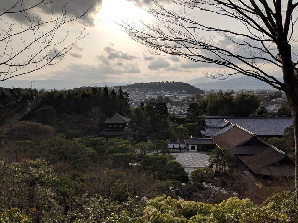 Un point de vue sur le temple de Ginkaku-Ji avec Kyoto au loin à contre-jour