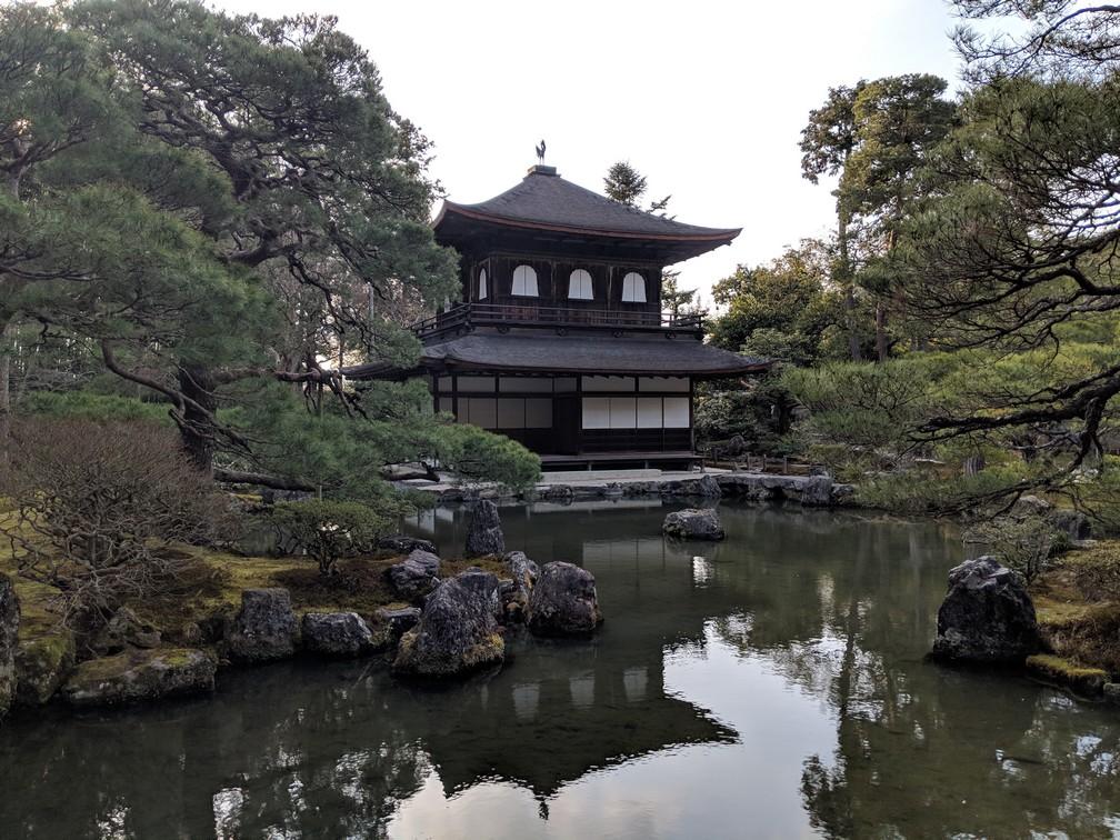 Un temple se réfléchit dans un étang