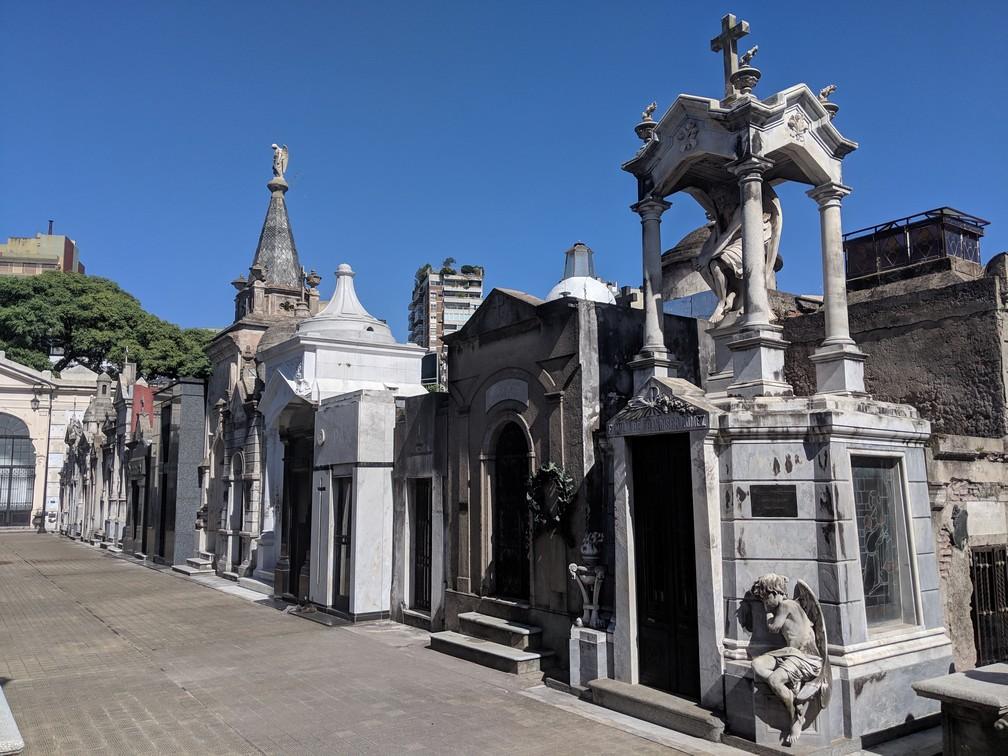 De beaux mauselées se succèdent au cimetière de Recoleta