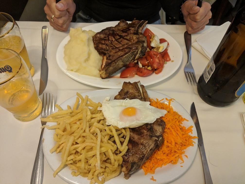 Deux assiettes de steak au Rodi Bar à Buenos Aires